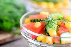 新鲜的夏天菜沙拉 在碗的新鲜的黄瓜、蕃茄、玉米和莳萝沙拉 简单,健康,维生素沙拉食谱 库存图片