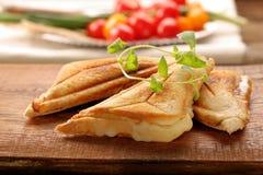 新鲜的多士用乳酪和草本 图库摄影