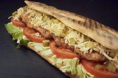 新鲜的大三明治用腌汁、乳酪、蕃茄、烤鸡和莴苣 库存图片