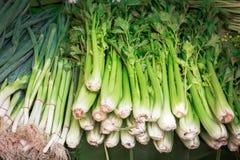 新鲜的大芹菜和葱出售的在新鲜市场上在计数 库存图片