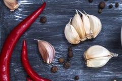 新鲜的大蒜用在黑暗的背景的辣椒 电灯泡新鲜的大蒜朝向三 图库摄影