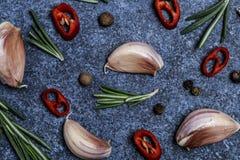 新鲜的大蒜用在黑暗的背景的辣椒 电灯泡新鲜的大蒜朝向三 库存照片
