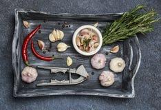 新鲜的大蒜用在黑暗的背景的辣椒 电灯泡新鲜的大蒜朝向三 库存图片