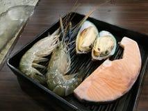 新鲜的大虾、淡菜和三文鱼在冰和超级市场有迷离背景,生气勃勃日本海鲜肉BBQ的, focu 库存图片