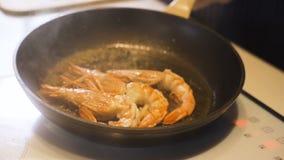 新鲜的大虾用辣椒和大蒜在格栅 股票录像
