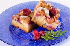 新鲜的大黄蛋糕用莓和装饰 免版税库存图片