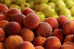 新鲜的天鹅绒皮肤桃子 免版税图库摄影
