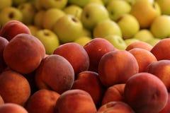 新鲜的天鹅绒皮肤桃子 库存图片