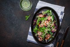 新鲜的奎奴亚藜菜沙拉用虾 清洗健康戒毒所吃 免版税库存图片
