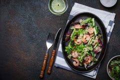 新鲜的奎奴亚藜菜沙拉用虾 清洗健康戒毒所吃 库存图片