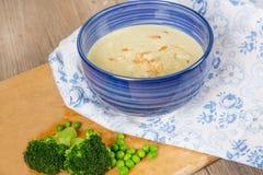 新鲜的奶油色硬花甘蓝和浓豌豆汤 库存图片