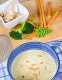 新鲜的奶油色硬花甘蓝和浓豌豆汤 免版税库存照片