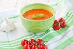 新鲜的奶油色蕃茄汤用有机大蒜 库存照片