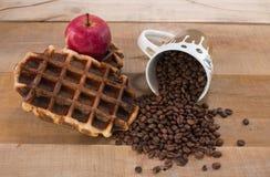 新鲜的奶蛋烘饼用充分苹果和杯子咖啡豆 库存照片