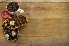 新鲜的奶蛋烘饼顶面wiew用充分苹果、巧克力和杯子  库存照片