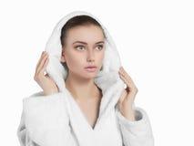 新鲜的妇女佩带的白色浴巾 库存图片