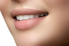 年轻新鲜的妇女美好的微笑有巨大健康白色的t 免版税库存照片