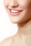 年轻新鲜的妇女美好的微笑有巨大健康白色te的 免版税库存图片