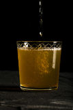 新鲜的姜啤黑暗的照片与飞溅特写镜头宏指令 免版税库存图片