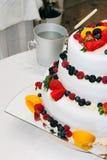 新鲜的婚礼水果蛋糕 免版税库存图片