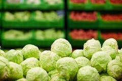 新鲜的嫩卷心菜在超级市场 免版税库存图片