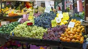 新鲜的季节性果子待售在著名阿德莱德中环街市,澳大利亚南部 免版税库存图片
