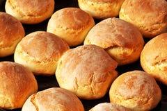 新鲜的家制面包小圆面包 免版税库存图片