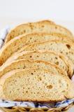 新鲜的家制面包片断在一块白色毛巾的在篮子 库存图片