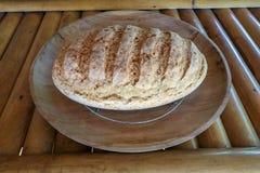 新鲜的家制面包由麦子和黑麦面粉制成 在柚木树木盘子的酥皮点心 可口自创酥皮点心 在竹子的健康食品 库存照片