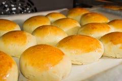 新鲜的家制面包滚动与sesam种子 免版税库存照片