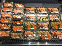 新鲜的寿司和三文鱼滑在组装的日本食物 库存图片