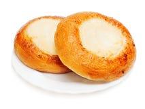 新鲜的小圆面包松饼用酸奶干酪查出的早餐  库存图片