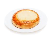 新鲜的小圆面包松饼用酸奶干酪查出的早餐  库存照片