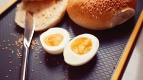 新鲜的小圆面包用煮沸的鸡蛋 免版税库存图片