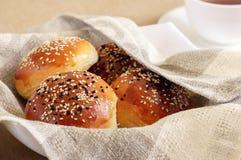 新鲜的小圆面包用芝麻 库存图片