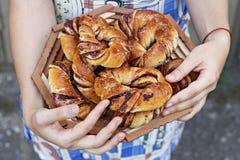 新鲜的小圆面包用莓果 在框架的手 图库摄影