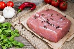 新鲜的小牛肉用在木背景的香料 免版税图库摄影