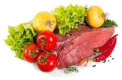 新鲜的小牛肉,葱,胡椒,大蒜,在白色隔绝的莴苣叶子上面片断  免版税库存图片
