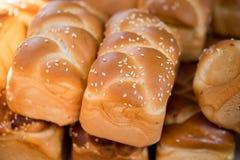 新鲜的小的鸡蛋面包待售在Carmel市场上 免版税图库摄影