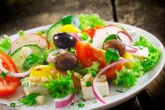 新鲜的希腊沙拉牌照  库存图片