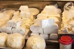 新鲜的希腊白软干酪和黄油在市场上 免版税库存照片