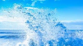 新鲜的干净的浪端的白色泡沫海浪飞溅 免版税库存照片