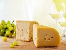 新鲜的干酪和绿色葡萄 库存照片