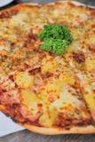 新鲜的干酪至尊和夏威夷薄饼 免版税库存照片