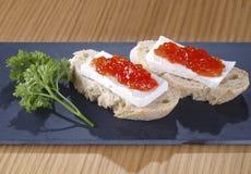 新鲜的干酪&蕃茄橘子果酱塔帕纤维布 免版税图库摄影