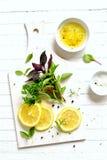新鲜的庭院草本和柠檬白色表面上 库存图片