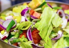 新鲜的开胃圆环红洋葱莴苣半蕃茄菜沙拉 库存照片