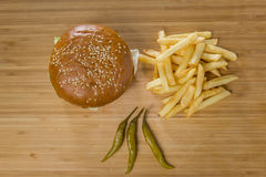 新鲜的开胃汉堡用胡椒和土豆 库存图片