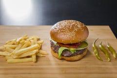 新鲜的开胃汉堡用胡椒和土豆 图库摄影
