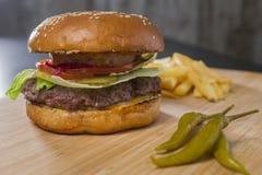新鲜的开胃汉堡用青椒 免版税库存图片